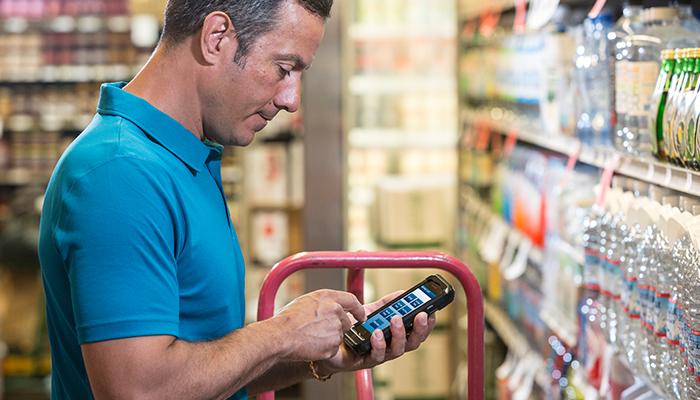 Angajat in depozit sticle RFID